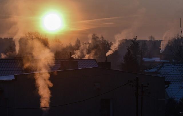 Od 2019 roku obowiązuje uchwała Sejmiku Województwa, która z roku na rok nakłada na właścicieli nieruchomości i Admninistrację Domów Miejskich coraz bardziej rygorystyczne przepisy dotyczące paliwa i źródeł ogrzewania.