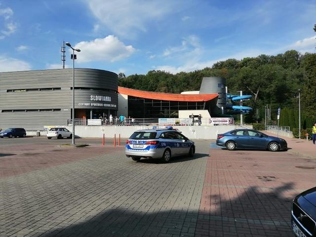 Do zdarzenia doszło w środę, 4 września, na basenie Słowianka w Gorzowie. Z wody miała zostać wyciągnięta nieprzytomna osoba.Aktualizacja godz. 16.17Cała Słowianka została zamknięta. Na głównych drzwiach widnieje informacja z której możemy przeczytać, że obiekt został zamknięty.Chwilę po godzinie 16.00 na miejscu nie było już karetki pogotowia, ani świadków zdarzenia. Parking Słowianki jest praktycznie pusty.- To ratownicy podobno wyciągnęli tą osobę z wody. Co się tak naprawdę stało pokaże monitoring. Najprawdopodobniej był to nieszczęśliwy wypadek. Nikt nie powinien mieć pretensji do ratowników - powiedział jedna z osób w średnim wieku, którą spotkaliśmy przed obiektem. Aktualizacja godz. 15.30Pomimo reanimacji nie udało się uratować mężczyzny, którego wiek szacuje się na około 40-lat. Walka o jego życia trwała ponad pół godziny.Gorzowska policja nie ma jeszcze żadnych informacji dotyczących zdarzenia na pływalni. - Z pierwszych informacji wiemy, że na basenie jest prowadzona reanimacja osoby – mówi podkom. Grzegorz Jaroszewicz z zespołu prasowego lubuskiej policji. Na basen nikt nie jest wpuszczany. Pod obiektem stoi karetka pogotowia ratunkowego oraz radiowóz policji.Zobacz również: Strażacy wyłowili ciało 23-latka z jeziora koło Gorzowa Wlkp. Bilans utonięć w czerwcu to już 100 osóbPOLECAMY RÓWNIEŻ PAŃSTWA UWADZE:[g]14391935[/g]