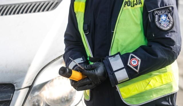 Dalszą jazdę uniemożliwił pijanemu kierowcy jeden ze świadków, który o zdarzeniu powiadomił policję.