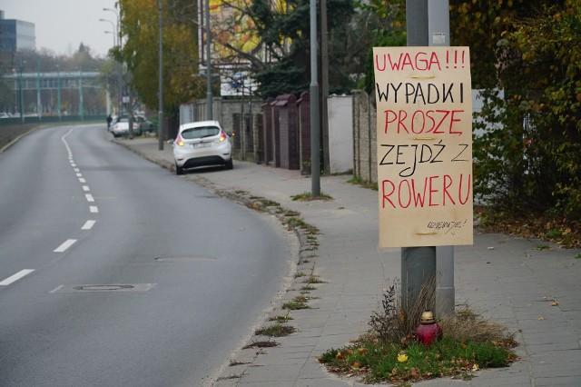 Ktoś wywiesił w Poznaniu ostrzeżenie przed wypadkami - nie jest to jednak legalne rozwiązanie, a rowerzyści także nie słuchają wypisanej prośby...Przejdź do kolejnego zdjęcia --->