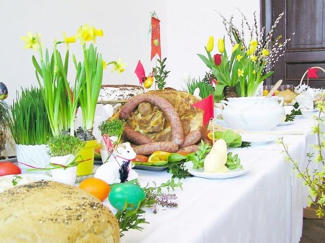 Na stole wielkanocnym nie mogło zabraknąć jaj, drożdżowej baby, szynki, kiełbas, chrzanu, białego barszczu i chleba.