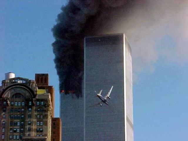 Samolot pilotowany przez terrorystę za moment wbije się w drugą z wież World Trade Center.