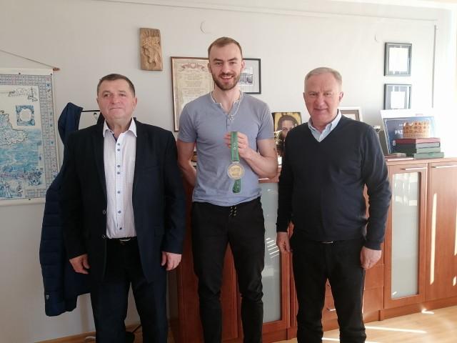 - Jakubowi życzymy dalszych sukcesów zawodowych i szczęścia - mówił starosta Marian Niemirski (z prawej). Na zdjęciu z lewej - wicestarosta Marek Kilianek.