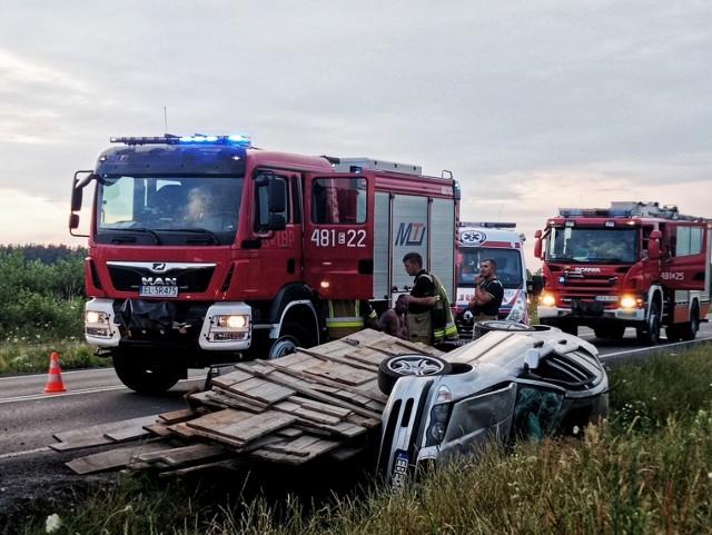 Przed godz. 20 w poniedziałek (5 lipca) strażacy z OSP Dłutów zostali wezwani do wypadku na drodze numer 485 koło Dłutowa. Po dojechaniu na miejsce zastali BMW z przyczepką leżące w rowie, na boku. Kierowca wiózł deski. CZYTAJ DALEJ >>>.