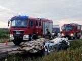Wypadek BMW w Dłutowie. Samochód leżał w rowie, na boku ZDJĘCIA
