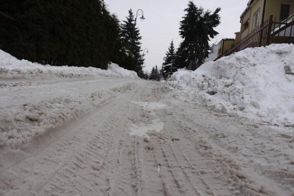 Mieszkańcy ulicy Ukośnej twierdzą, że w tym roku nie widzieli na swojej ulicy pługu. Samochody grzęzną lub zawieszają się na wyżłobionych w ubitym śniegu koleinach.