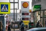 """UOKiK: Coraz mniej """"chrzczonego"""" paliwa na stacjach benzynowych w Polsce"""