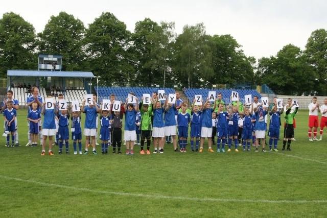 Tak młodzi piłkarze Stilonu w taki sposób podziękowali kibicom za głosy przed jednym ze spotkań seniorskiej drużyny w IV lidze