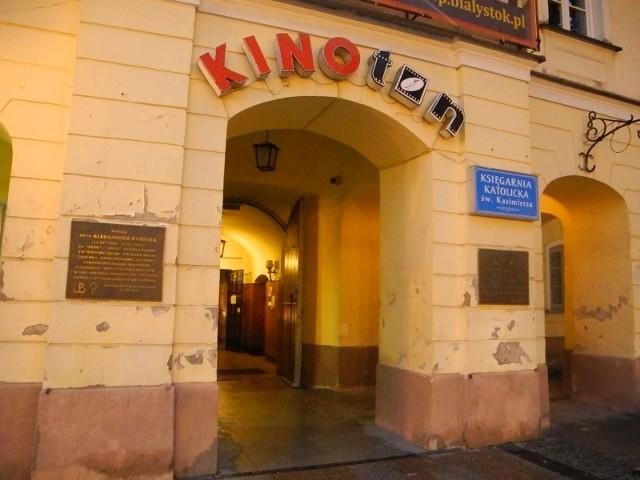 Wystawa znajduje się przed kinem Ton.