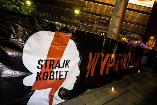 Trybunał Konstytucyjny wczoraj zdecydował, że aborcja jest niezgodna z Konstytucją, gdy powodem jest choroba lub uszkodzenie płodu. W Warszawie kobiety wyszły na ulice protestować.