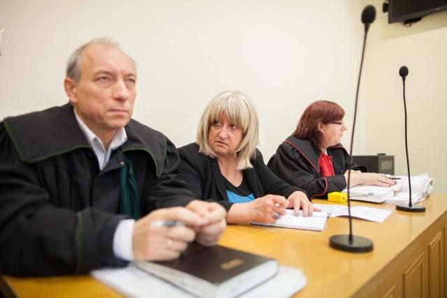 Poszkodowanym przewodzi Krystyna Waśniowska (w środku)