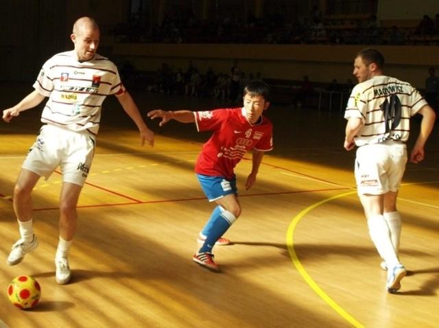 Tegoroczny Futsal Baltic Cup śmiało można nazwać turniejem międzynarodowym. Od lewej Polak Łukasz Piasecki, Japończyk Hiro Susuki z niemieckiego FT Neuenhagen oraz Ukrainiec Radko Mykola.