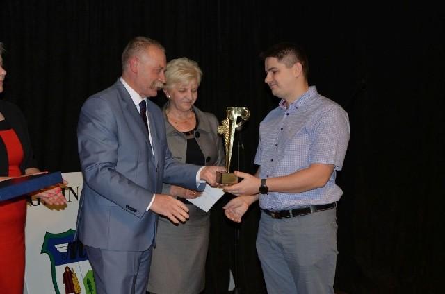 Nagrodę Gospodarcza Gminy Masłów dla Piekarni Ernesta Nogi (z prawej) wręcza wójt Tomasz Lato.