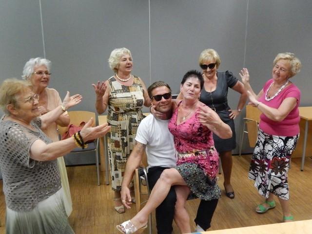 Seniorki z grupy aktorskiej trenowały z Łukaszem Bugowskim, z Opolskiego Teatru Lalki i Aktora im. Alojzego Smolki.