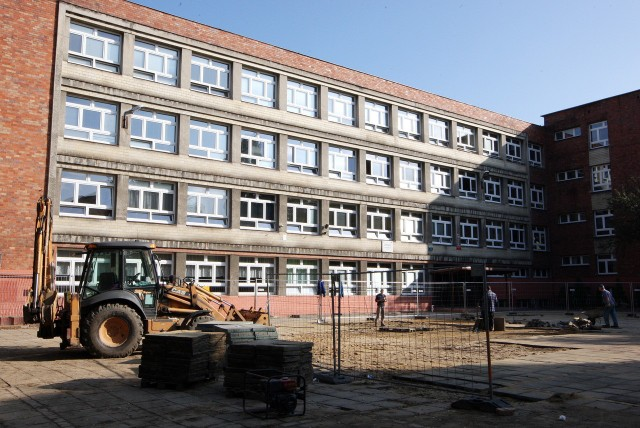 W Szkole Podstawowej nr 56 na korytarzach i w salach jeszcze trwają prace remontowe.