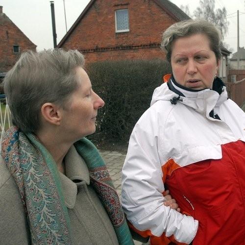 - W Wielgowie bardzo dobrze się mieszka. Szkoda tylko, że jedynie główna droga jest asfaltowa - mówią Barbara Wegner (z lewej) i Anna Fanslau.