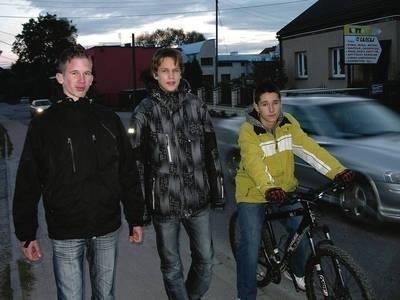Robert Trojan, Sebastian Sołtys i Antoni Pietryka lubią Rząskę i niecierpliwie czekają na nowe boisko Fot. Barbara Ciryt