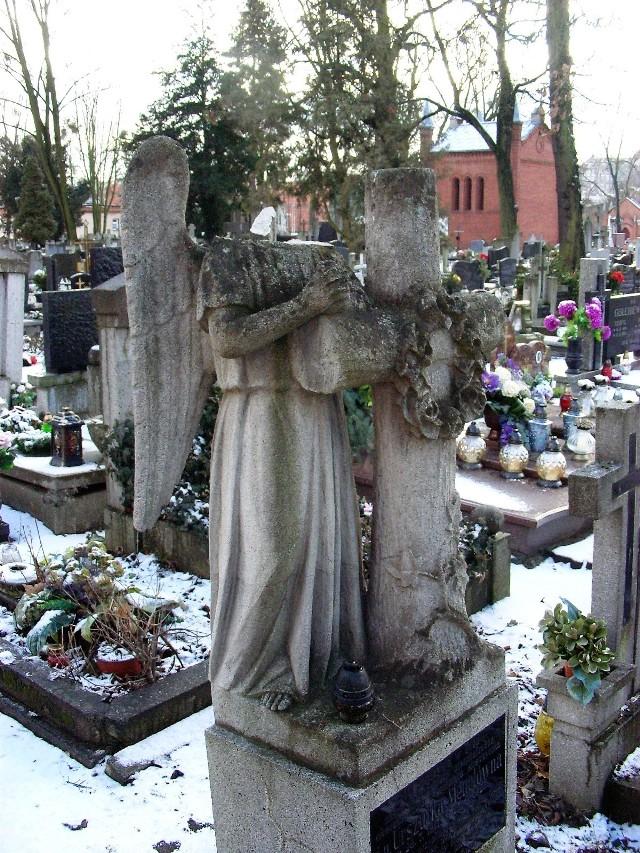 Zniszczony anioł na grobie Urszulki Menclówny