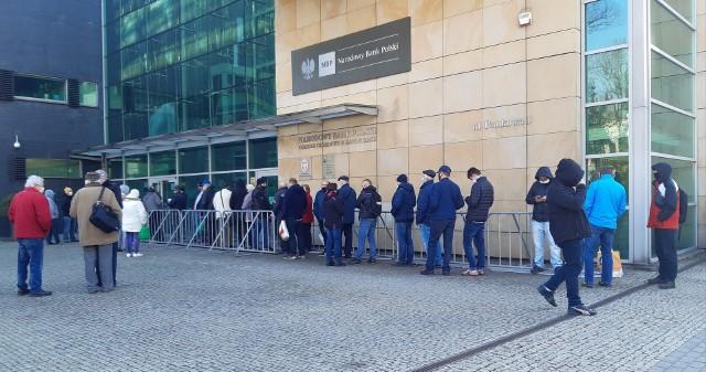 Pamiątkowe monety z okazji 230. rocznicy Konstytucji 3 Maja. W Katowicach kolejka przed bankiem.Zobacz kolejne zdjęcia. Przesuwaj zdjęcia w prawo - naciśnij strzałkę lub przycisk NASTĘPNE