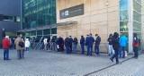 Katowice. Kolejka przed oddziałem NBP. Ruszyła sprzedaż złotych i srebrnych monet z okazji 230. rocznicy Konstytucji 3 Maja