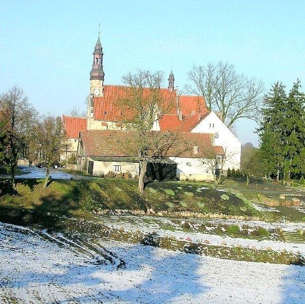 Najpierw, bo już w roku 1253, Cystersi osiedli w Byszewie (na  zdjęciu). Kiedy Krzyżacy spalili klasztor, przenieśli się w roku  1288 do Koronowa.