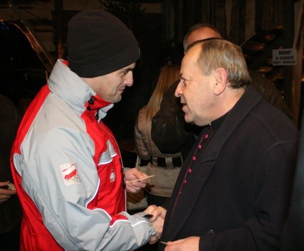mistrz Europy w karate kyokushin Wojciech Radziewicz dzieli się opłatkiem z kapelanem sportu opolskiego Zygmuntem Lubienieckim