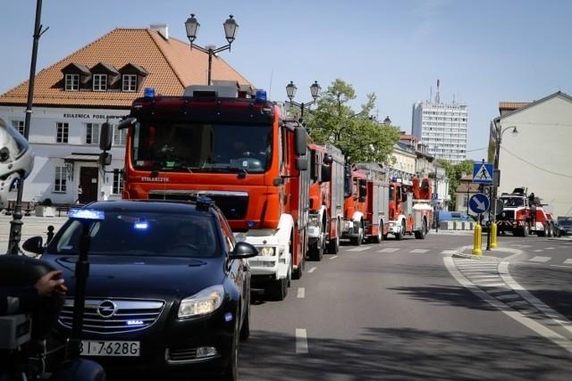 Strażackie wozy podjechały pod pomnik Jana Pawła II
