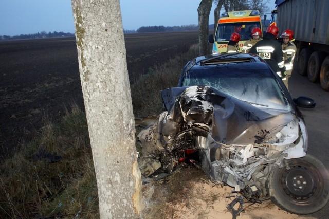 Dzisiaj po południu (czwartek 19.12) na drodze z miejscowości Gąbino do Objazdy, kierująca osobowym Volvo wpadła w poślizg i uderzyła w drzewo. Strażacy pomogli poszkodowanej opuścić pojazd, nie mogła sama otworzyć drzwi. Nikomu nic groźne go się nie stało.