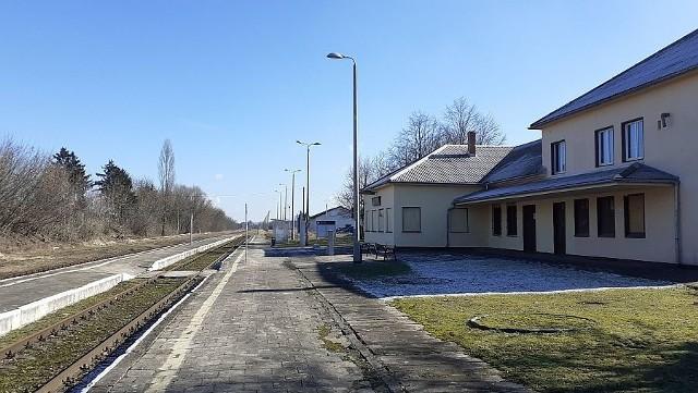 Przez stację kolejową w Lipnie nie przejeżdżają obecnie pociągi pasażerskie. W wyniku decyzji urzędu marszałkowskiego w Toruniu, w połowie grudnia 2020 r. zawieszone połączenia na kujawsko-pomorskim odcinku linii kolejowej 27