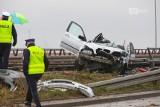 BMW wpadł w barierki na moście Pionierów. Ogromne korki. ZDJĘCIA