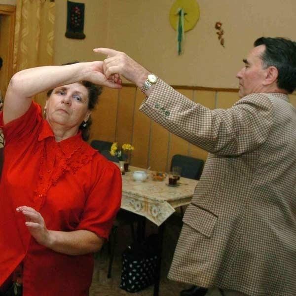 Nie poddajemy się starości. Tańczymy, jeździmy na wycieczki - przekonują członkowie jasielskiego Klubu Seniora.
