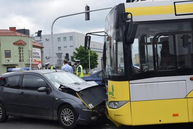 Autobus komunikacji miejskiej zderzył się z osobowym fordem. W wyniku zderzenia ucierpiało niemowlę, które trafiło do szpitala w Sieradzu.