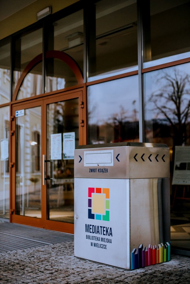 Przed budynkiem biblioteki w Wieliczce zamontowano samoobsługową wrzutnię do zwrotu materiałów bibliotecznych. Dzięki temu urządzeniu mieszkańcy mogą oddawać książki, audiobooki i inne wydawnictwa przez cały tydzień i przez całą dobę
