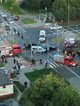 Dachowanie samochodu na ulicy Chrobrego w Radomiu. Dwie osoby odwieziono do szpitala