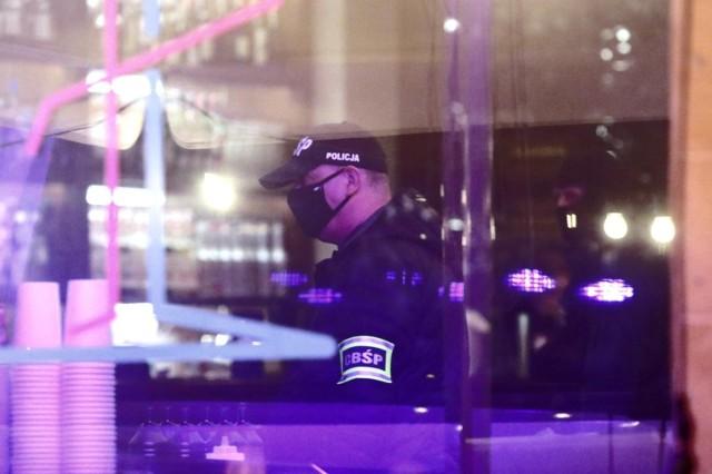 """Radny osiedlowy i urzędnik z Poznania, Krzysztof Sroczyński został oskarżony o duszenie kelnerki i pogryzienie ochroniarzy. Do zdarzenia miało dojść 17 czerwca w restauracji """"Whiskey in the Jar"""". Sprawę wyjaśnia policja."""