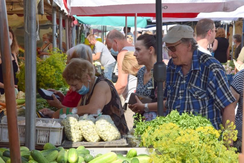 Kielecki miejski plac targowy przyciąga tłumy bogatą ofertą...