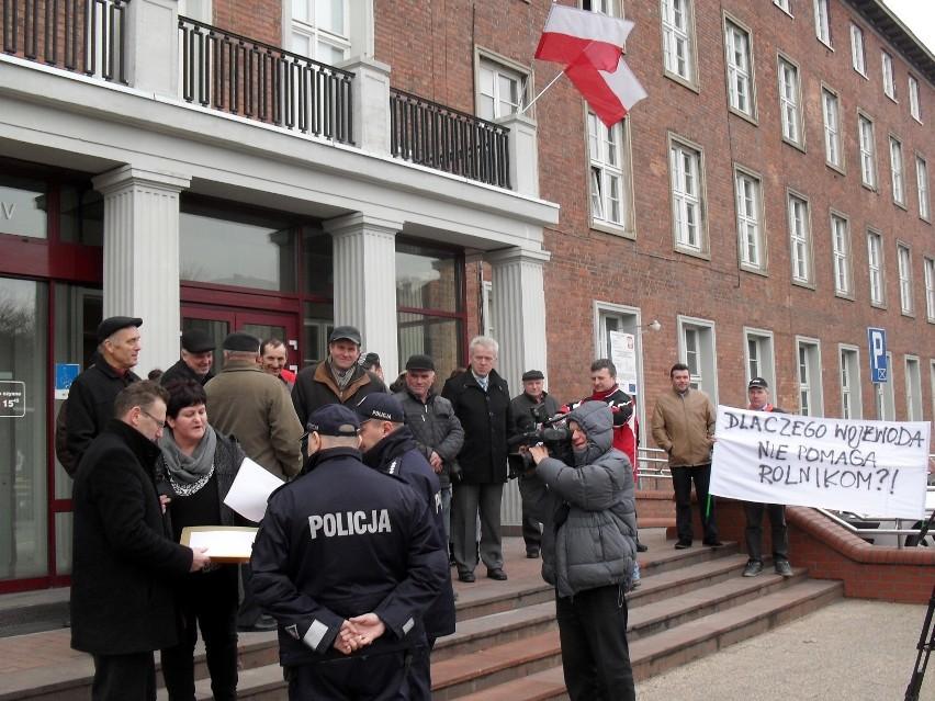 Protest rolników z gminy Szemud pod Urzędem Wojewódzkim  w...