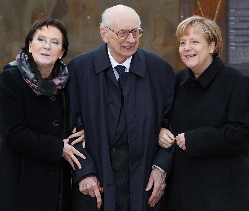 Władysław Bartoszewski z premier Ewą Kopacz i kanclerz...