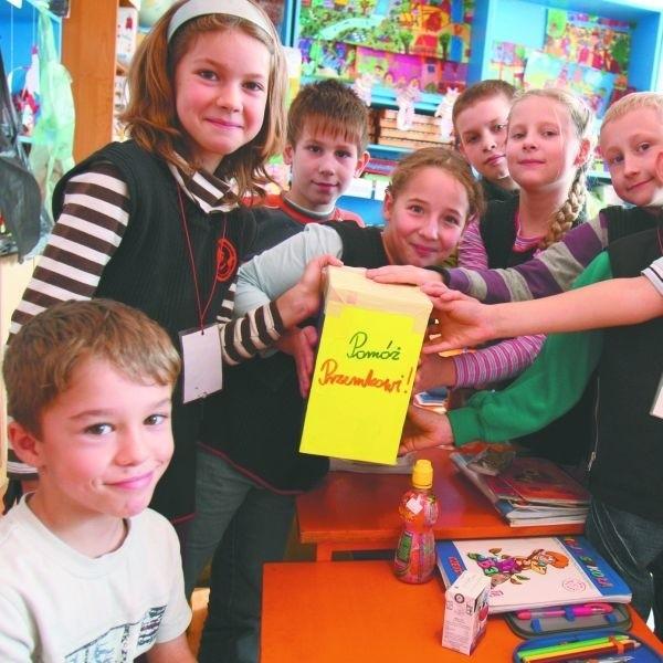 Koledzy ze szkoły w Sochoniach na leczenie Przemka (pierwszy z lewej) oddają własne kieszonkowe.