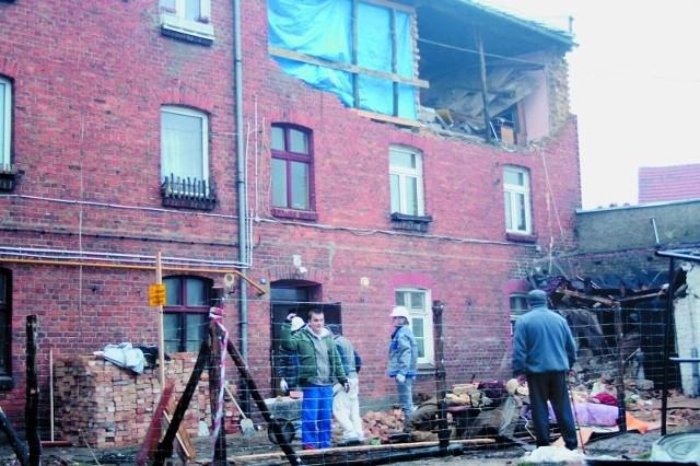 Robotnicy usuwają gruz z budynku, w którym doszło do wybuchu