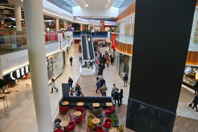 Po długim weekendzie majowym będzie można wybrać się na większe zakupy. W centrach handlowych ponownie zostaną otwarte sklepy odzieżowe, obuwnicze, a także punkty usługowe. Handlowcy przygotowali specjalne promocje dla klientów. Od wtorku otwarte będą wszystkie sklepy, w tym: odzieżowe, obuwnicze, budowlane i z wyposażeniem do domu, a także sportowe, z elektroniką i jubilerskie. Pracować będą też wyspy handlowe i punkty usługowe.Z tej okazji Manufaktura organizuje ponowne otwarcie centrum, akcja zaczyna już w nocy z 3 na 4 maja. Czytaj dalej