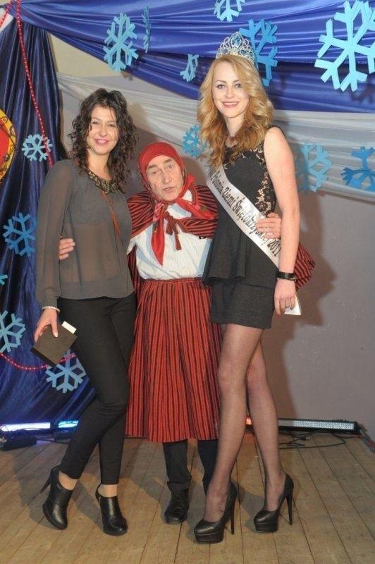 Genowefa Pigwa w towarzystwie Miss Polonii Ziemi Świętokrzyskiej 2011 Pauliny Spery - z prawej i Urszuli Kozieł, która kupiła podczas licytacji portfel skórzany ofiarowany przez Stowarzyszenie Geniusz.