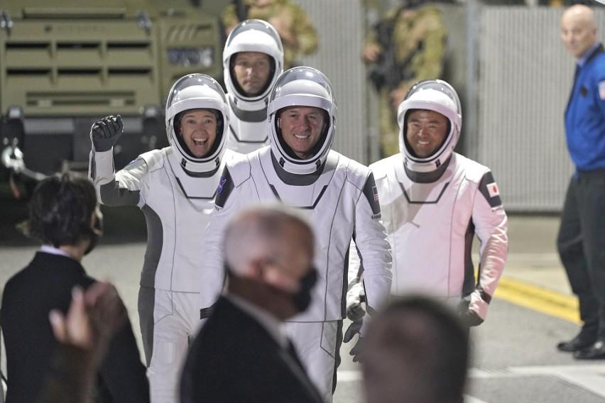 Statek Crew Dragon firmy SpaceX Elona Muska jest w drodze na Międzynarodową Stację Kosmiczną. Transmisja na żywo ze startu misji Crew-2