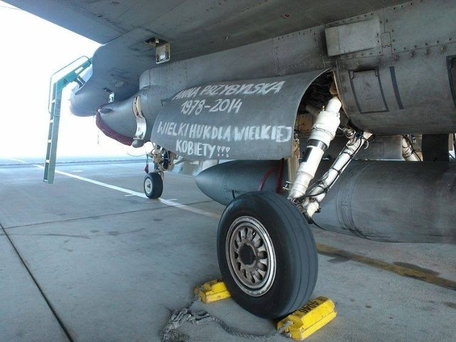 """F-16 na cześć Anny Przybylskiej. """"Wielki huk dla wielkiej kobiety"""""""