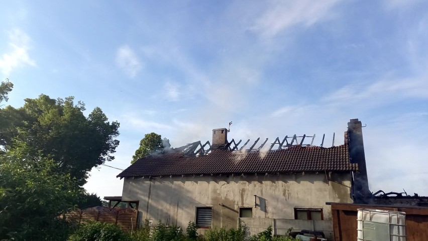 Dwa budynki mieszkalny i gospodarczy stanęły w ogniu we...