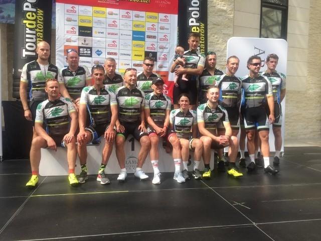 Agrochest Team Kostrzyn w pełnej krasie na mecie w Arłamowie. Grupa z Kostrzyna wystąpiła w prestiżowym wyścigu w 15-osobowym składzie i wszyscy w komplecie ukończyli zawody