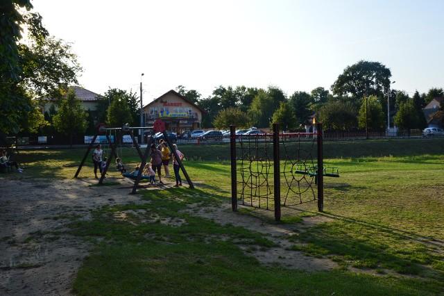 Plac zabaw w centrum Niepołomic jest w fatalnym stanie. Jego gruntowną przebudowę zapowiadano w 2021 roku, ale pojawiły się kłopoty z pozwoleniem na budowę dla inwestycji