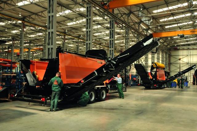 Wzrost zatrudnienia możliwy był m.in. dzięki nowym inwestycjom – na zdjęciu montaż mobilnego przesiewacza bębnowego MPB 18.47 w jednym z zakładów produkcyjnych firmy