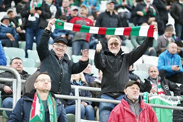 Śląsk Wrocław - Wisła Płock 3:1 (ZDJĘCIA KIBICÓW, 4.11.2019). To był jeden z gorszych meczów jeśli chodzi o frekwencję na Stadionie Wrocław w tym sezonie. Spotkanie Śląsk - Wisła Płock oglądało niespełna 8 tys. kibiców. Ci, którzy przyszli, nie żałowali. WKS pewnie pokonał niedawnego lidera 3:1 i do prowadzącej Legii traci tylko dwa punkty. BYŁEŚ NA MECZU? ZNAJDŹ SIĘ NA ZDJĘCIU!WAŻNE! DO KOLEJNYCH ZDJĘĆ MOŻESZ PRZEJŚĆ ZA POMOCĄ GESTÓW LUB STRZAŁEK