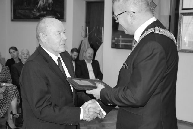 """Stanisław Musiał odbiera """"Honorowy Medal Burmistrza Żnina"""" za działalność na rzecz lokalnej społeczności. Rok 2019"""